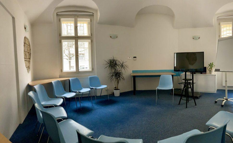 Místnost Oliva nově suspořádáním bez stolu - židle dokruhu nebo divadlo.